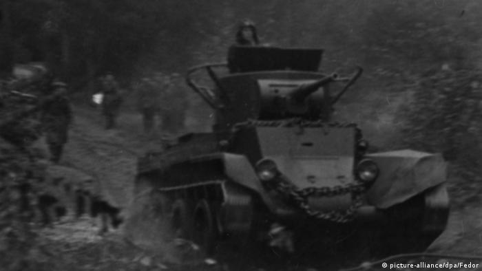 Съветски танкове прекосяват полската граница