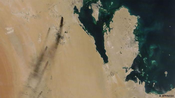 Señal de humo: las instalaciones petroleras saudíes en llamas, vistas desde el aire.