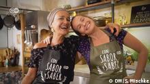 Sendung: Con sabor y saber 18 October Foto für Verlosung Foto Sabine Hueck mit DW Schürzen (c) DW/Sarah Mischke