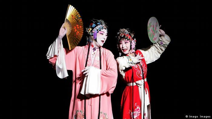 Tamasaburo Bando (l.) performing with other kabuki artist (Imago Images)