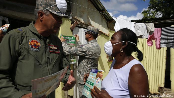 Homens do Exército da República Dominicana participam de campanha de conscientização sobre a dengue
