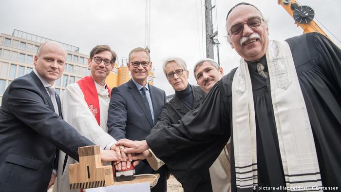 نمایندگان ادیان مختلف در مراسم تهداب گذاری خانه واحد، سه دین زیر یک سقف