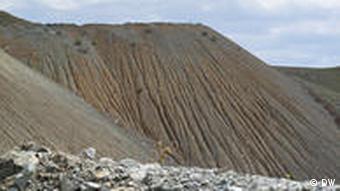 Eine Halde mit giftigen Schwermetallen in der Nähe des Sewan-Sees (Foto: DW)