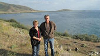 Umweltschützerin Inga Zarafian (links) am Sewan-See (Foto: DW)