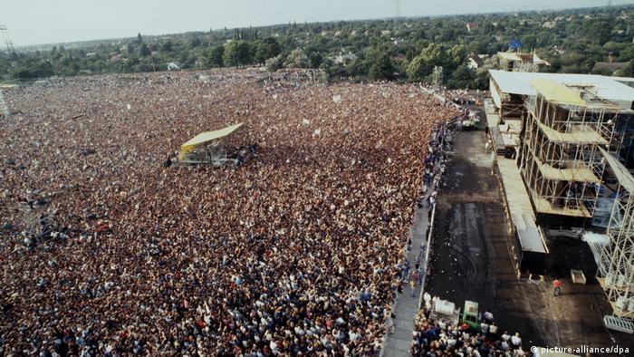 Bruce Springsteen gibt Konzert in Ostberlin, Blick von oben auf Bühne und zigtausende Fans