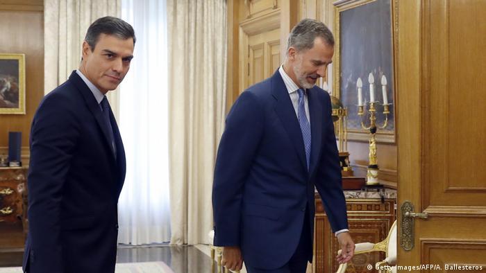 Primeiro-ministro interino da Espanha, Pedro Sánchez (esq.) e o rei Felipe 6º