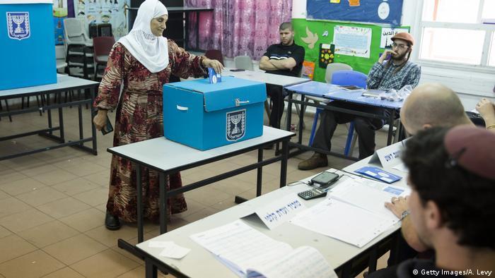 Una mujer vota en las elecciones generales en Israel (17.09.2019).