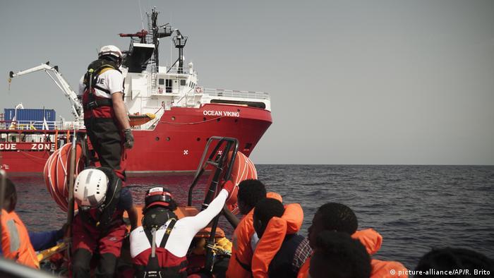 Wyłowieni z Morza Śródziemnego uchodźcy przybywają na pokład statku ratowniczego Ocean Viking