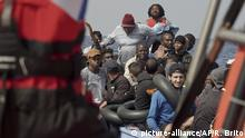 17.09.2019, Libyen, ---: Seenotretter der SOSMediterranee nehmen die in Seenot geratenen Migranten an Bord. Das Rettungsschiff «Ocean Viking» hat bei einem neuen Einsatz vor der libyschen Küsten 48 Bootsflüchtlinge an Bord genommen. Unter ihnen seien Frauen, sehr junge Kinder und ein Neugeborenes, teilte die Hilfsorganisation mit. Sie seien knapp 100 Kilometer nördlich der libyschen Küste aus einem Holzboot in Seenot gerettet worden. Foto: Renata Brito/AP/dpa +++ dpa-Bildfunk +++ |