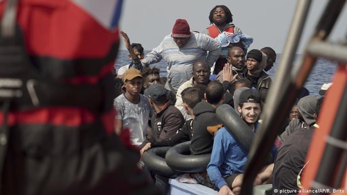 السفينة أوشن فايكينغ تنقذ من الغرق 48 مهاجرا بينهم نساء وأطفال رضع (17/9/2019).