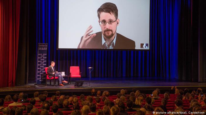 Snowden pri predstavljanju svoje knjige