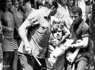Foto de 1968 mostra estudante preso por militares durante protesto