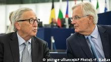 Frankreich Jean-Claude Juncker und Michel Barnier im EU-Parlament (picture-alliance/AP Photo/J.-F. Badias)