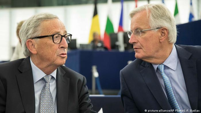 Frankreich Jean-Claude Juncker und Michel Barnier im EU-Parlament (picture-alliance/AP Photo/J.-F. Badias)