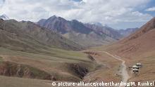 Border road between Tajikistan and Kyrgyzstan in the mountains, near Sary Tash, Kyrgyzstan, Central Asia | Verwendung weltweit, Keine Weitergabe an Wiederverkäufer.