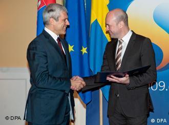 Boris Tadić predaje aplikaciju švedskom premijeru Frederiku Rajnfeldu