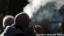 München Mann exhaliert den Rauch einer e-Zigarette