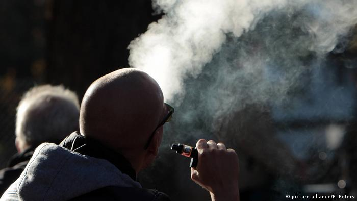 Münih'te elektronik sigara içen biri