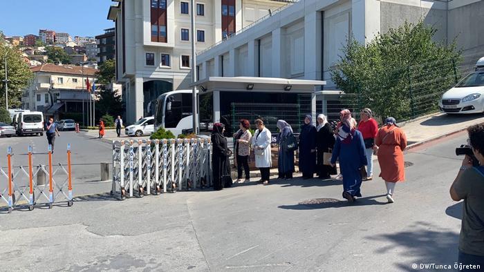 AKP İstanbul İl binası önündeki ailelerin eyleminden