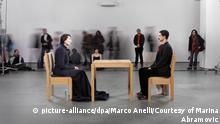 Marina Abramovic bei der Performance The Artist is Present