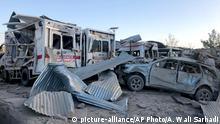 19.09.2019, Afghanistan, Sabul: Beschädigte Autos stehen am Ort eines Selbstmordanschlags. Bei einem Anschlag vor einem Krankenhaus in der Provinz Sabul sind mehrere Menschen getötet worden. Am frühen Donnerstagmorgen detonierte ein mit Sprengstoff beladener Lastwagen in einer Straße zwischen dem staatlichen Krankenhaus und einem Gebäude des afghanischen Geheimdienstes NDS. Die radikalislamischen Taliban reklamierten den Angriff für sich. Foto: Ahmad Wali Sarhadi/AP/dpa +++ dpa-Bildfunk +++ |