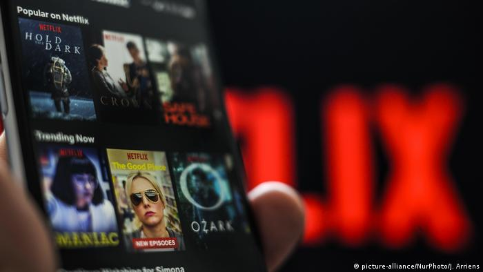 An image of a Netflix menu on a smartphone screen pictured (picture-alliance/NurPhoto/J. Arriens)