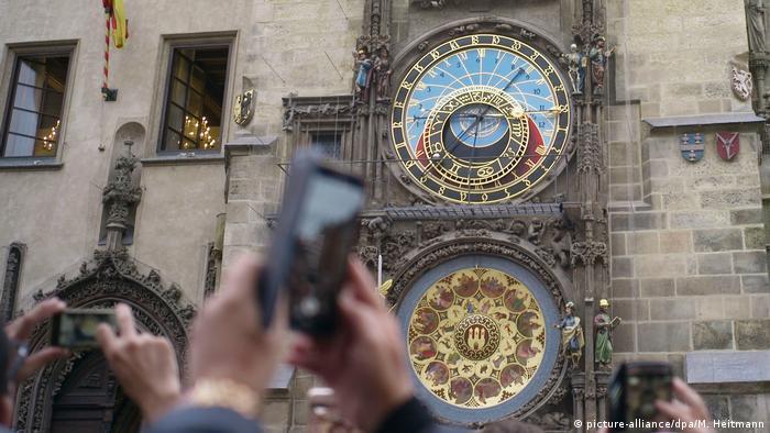 Czech Republic| the restored City Hall clock in Prague (picture-alliance/dpa/M. Heitmann)