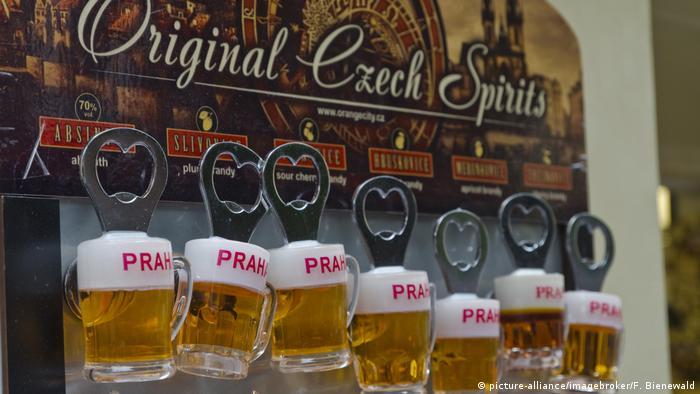 Czech Republic | Prague | Souvenir shop display (picture-alliance/imagebroker/F. Bienewald)
