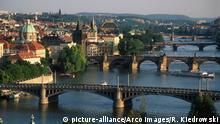 Tschechien Brücken über die Moldau in Prag