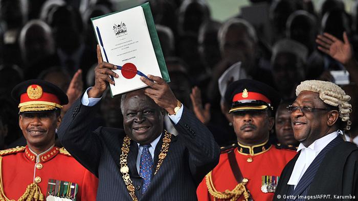 Präsident Mwai Kibaki bei der offiziellen Verkündung der neuen Verfassung