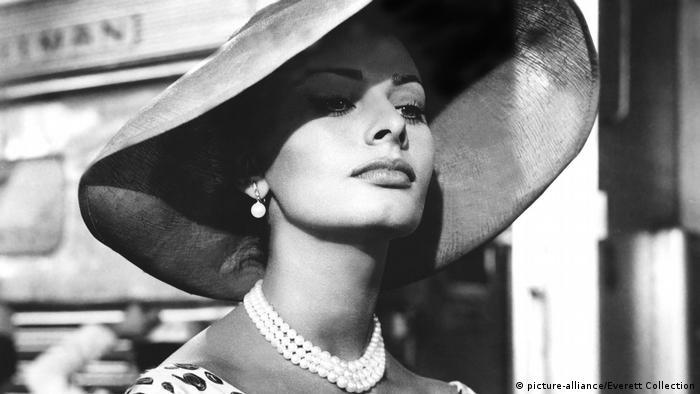 Sophia Loren trägt einen riesigen Hut und eine Perlenkette