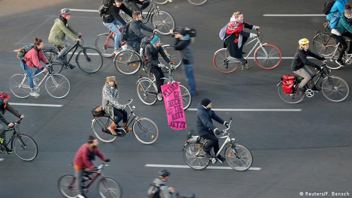 Em Berlim, cilcistas bloqueiam o tráfego no centro da cidade para protestar pelo clima