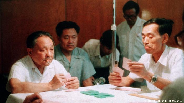 China Deng Xiaoping beim Bridgespielen 1984
