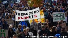 20.09.2019, Polen, Krakau: Teilnehmer einer Demonstration versammeln sich mit Protestschildern und Bannern. Die Demonstranten folgen dem Aufruf zum globalen Klimastreik und wollen für mehr Klimaschutz kämpfen. Sie wollen damit die Streik- und Protestaufrufe in der ganzen Welt unterstützen. Foto: Omar Marques/SOPA Images via ZUMA Wire/dpa +++ dpa-Bildfunk +++  