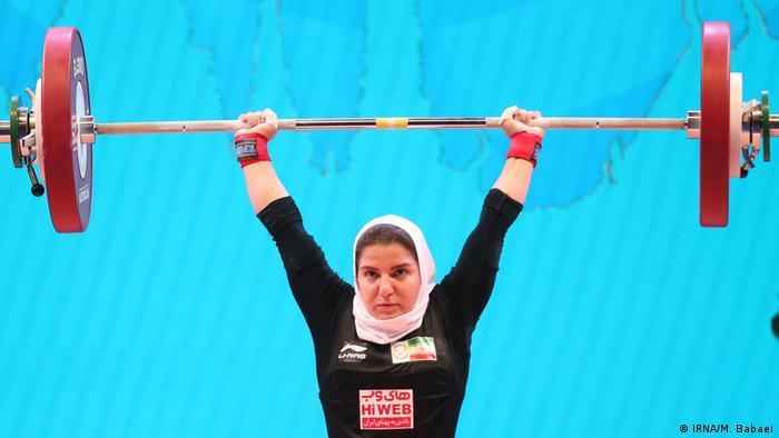 پوپک بسامی وزنهبردار دسته ۵۵ کیلوگرم زنان به عنوان نخستین زن وزنهبردار ایرانی در مسابقات قهرمانی جهان در مجموعه ورزش استرن شهر پاتایا تایلند در گروه D به روی تخته رفت و به کار خود با مجموع ۱۵۸ کیلوگرم پایان داد.