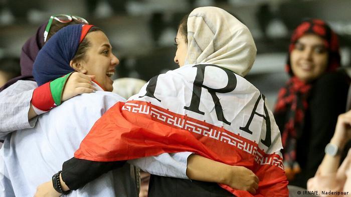بیستمین دوره مسابقات والیبال قهرمانی مردان آسیا از جمعه ۲۲ شهریور (۱۳ سپتامبر) تا ۳۰ شهریور به میزبانی تهران درحال برگزاری است. چهار تیم ایران، کره جنوبی، ژاپن و استرالیا به مرحله نیمه نهایی راه یافتند. بر خلاف بازیهای فوتبال تعدادی از زنان نیز برای تماشای رقابتهای والیبال اجازه ورود به استادیوم یافتند.