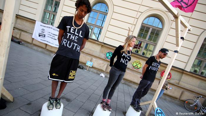 Активисты движения Ice on the rope на акции протеста в Мюнхене