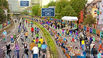 Ein Stillleben mit Menschen auf dem Ruhrschnellweg (Foto: Ruhr.2010)