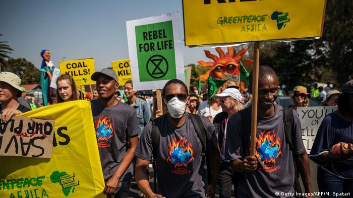 Menschen fordern auf einem Demonstrationszug mehr Klimaschutz