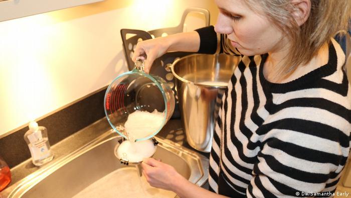 Samantha Early recoge microplásticos de uno de sus muchos lavados de pañales reutilizables. (DW/Samantha Early)