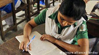 Bangladesch Schüler Schulkasse in Dhaka Prüfung
