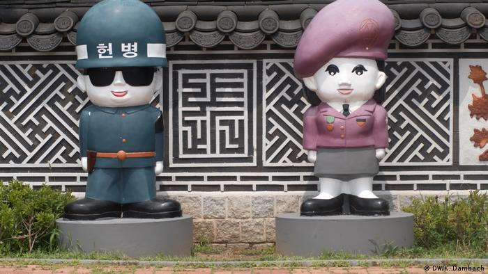Cartoon statue versions of Korean soldiers, South Korea (DW/K. Dambach)