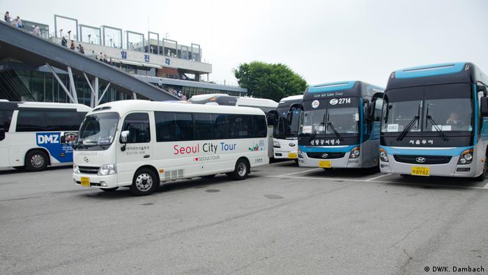 В демилитаризованную зону туристов доставляют на автобусах