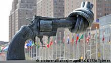 Pistole mit Knoten im Lauf, Skulptur des Künstlers Carl Fredrik Reuterswärd vor dem UNO Hauptquartier in New York City, New York State, USA, Nordamerika | Verwendung weltweit, Keine Weitergabe an Wiederverkäufer.
