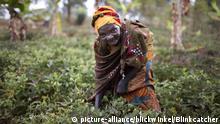 alte Frau arbeitet auf dem Feld, Burundi, Karuzi, Buhiga | old woman working in a field, Burundi, Karuzi, Buhiga | Verwendung weltweit
