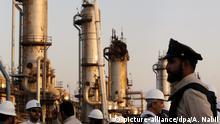 20.09.2019, Saudi-Arabien, Abkaik: Ein Sicherheitsbediensteter steht während eines vom saudischen Informationsministerium organisierten Trip vor einer Öl-Raffinerie vonSaudi Aramco Wache. Am vergangenen Samstag (14.09.2019) waren saudische Ölanlagen in Abkaik und Churais von Raketen und Drohnen angegriffen und schwer beschädigt worden. Nach der Bombardierung greifen sowohl der Iran als auch die USA zu harscher Rhetorik, die eine militärische Eskalation befürchten lässt. Foto: Amr Nabil/AP/dpa +++ dpa-Bildfunk +++ |