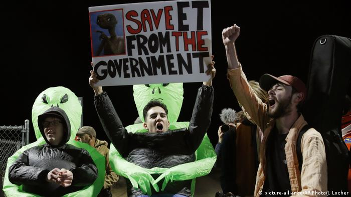 People chanting outside the entrance to Area 51 dressed as aliens (picture-alliance/AP Photo/J. Locher)