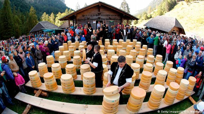عرضه پنیرهای خوشمزه و البته چرب در جشنی در سوئیس