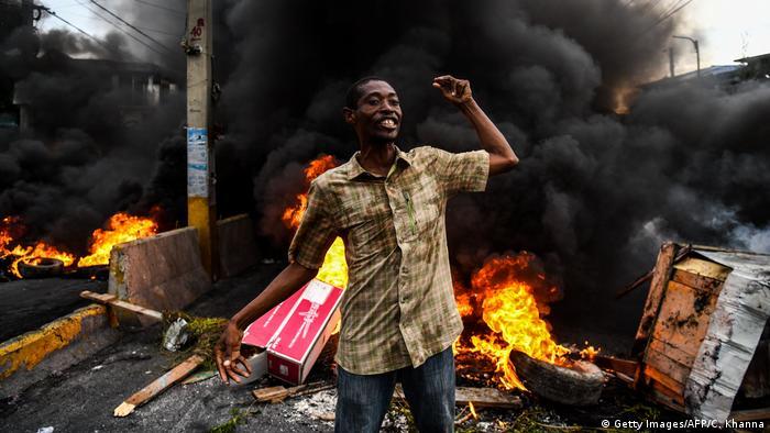 Manifestante em protesto contra o governo do presidente Jovenel Moïse na capital do Haiti, Porto Príncipe