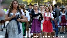 21.09.2019 *** Young women arrive for the opening of the 186th 'Oktoberfest' beer festival in Munich, Germany, Saturday, Sept. 21, 2019. (AP Photo/Matthias Schrader)